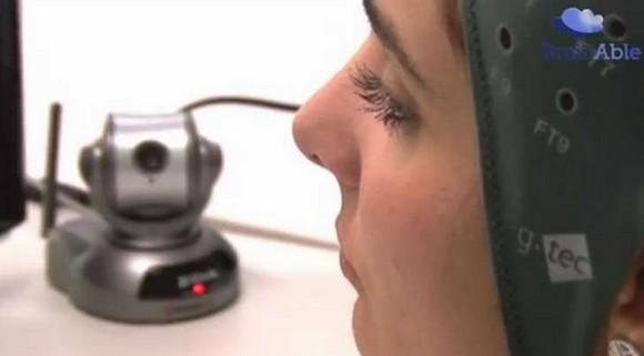 Una cámara incorporada al servicio permite a la usuaria desplazarse en su entorno.