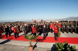 Foto: Ceremonia zyrtare me foton e diktatorit ne sfond. Facebook