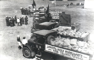 """Transportimi i grurit nga një kooperativë në Kiev më 1032. Tabela shkruan """"Bukë Socialiste në vend të Bukës së Kulakëve."""""""