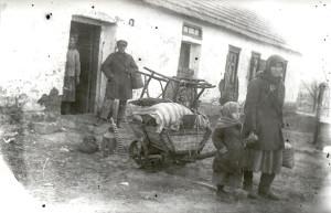Një kulak dhe familja e tij para shtëpisë së shpronësuar në Donetsk më 1930.