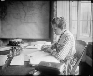 """Ida Tarbell u përball me korporatën më të fuqishme të kohës së saj, Standard Oil, duke zbatuar atë që gazetarët investigativë e njohin sot si """"Gjurmët e dokumenteve."""" (Foto: Libraria e Kongresit)"""