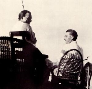 Heminguej (majtas) dhe Samuelson duke peshkuar dhe biseduar në Ki Uest.