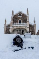 Un snowboarder frente a San Jerónimo el Real