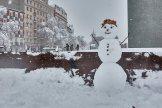Un muñeco de nieve junto al monumento a las víctimas del 11-M