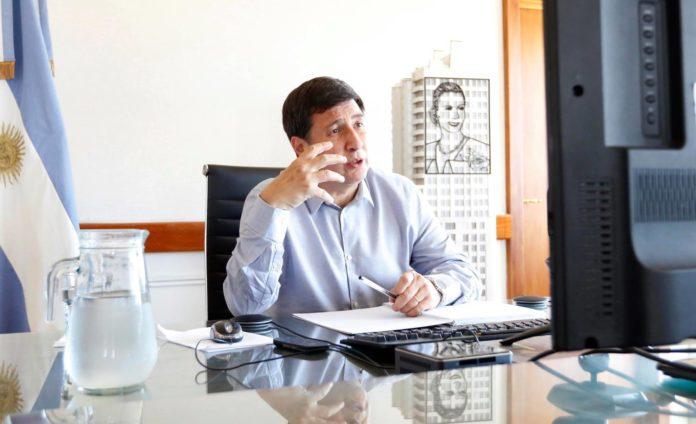 Daniel Arroyo confirmó que buscan entregar 70 mil vacunas para los movimientos sociales