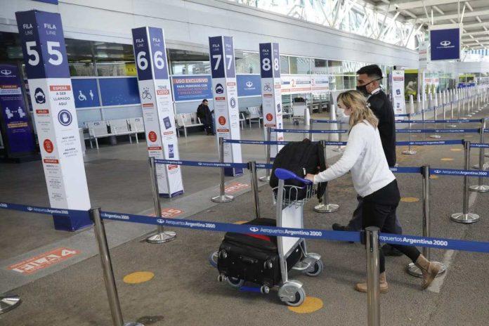 El Gobierno desalienta los viajes al exterior para limitar el ingreso de la variante Delta.