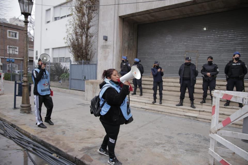 Militantes piqueteros frente a policías en una Municipalidad cerrada. (Facebook MTR)