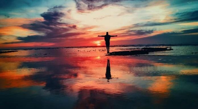 Pilula do Evangelho - homem na beira da água junto ao pôr-do-sol