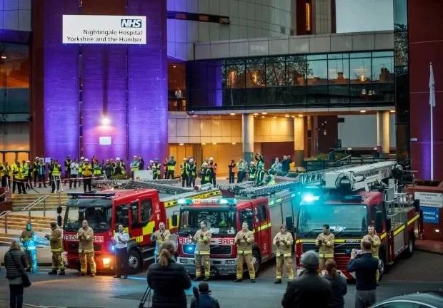Membros da brigada de incêndio, trabalhadores da construção civil e demais cidadãos, batendo palmas do lado de fora do Hospital Nightingale, no Harrogate Convention Center. Créditos PA:Press Association