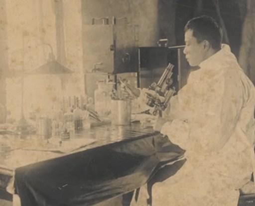 Na foto: Dr. Wu Lien-Teh no laboratório, Harbin, janeiro de 1901 Crédito da foto: cortesia do Dr. Shan Woo Liu e Ling Woo Liu