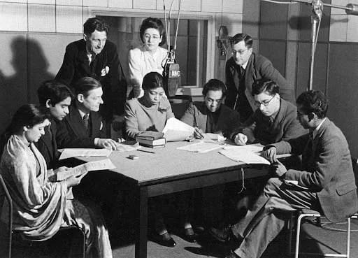Esta fotografia extraordinária mostra Una Marson literalmente no centro da vida literária internacional! Ela está transmitindo em 1942 como parte de Voice, uma vertente mensal de programas de poesia moderna criados por George Orwell, então um produtor da BBC no BBC Eastern Service (você pode vê-lo no final do grupo, à esquerda). Una tem em sua volta T.S.Eliot à esquerda e pelo crítico William Empson à direita, e escritores da Índia e Sri Lanka (então Ceilão) e outros membros da equipe da BBC.