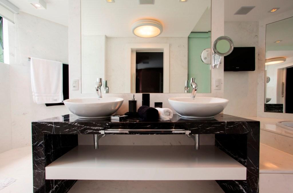 Dicas e inspirações para decorar um banheiro preto e branco
