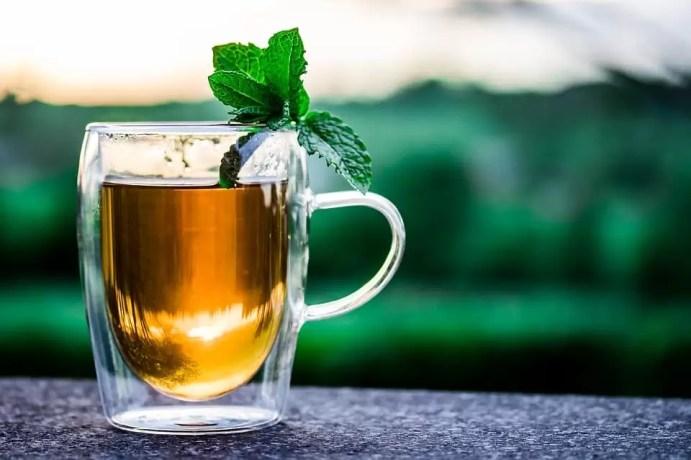 Chá de hortelã romana indicado para tratar artrite e artrose