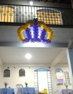 Coroa de balões pendurada