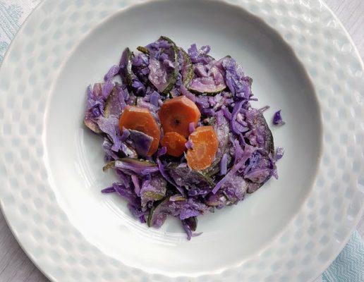 Salteado de couve roxa, courgete e cenoura