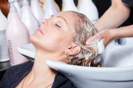 Independentemente do tipo de cabelo que se tenha, podemos sempre usar  amaciador em todas as lavagens, depois de retirar o champô. 987ff7b615