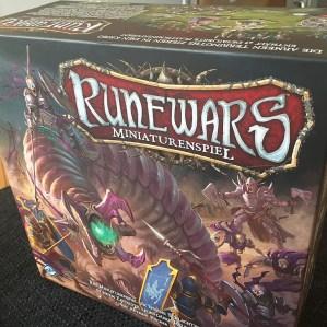 So sieht die Verpackung von Runewars aus.
