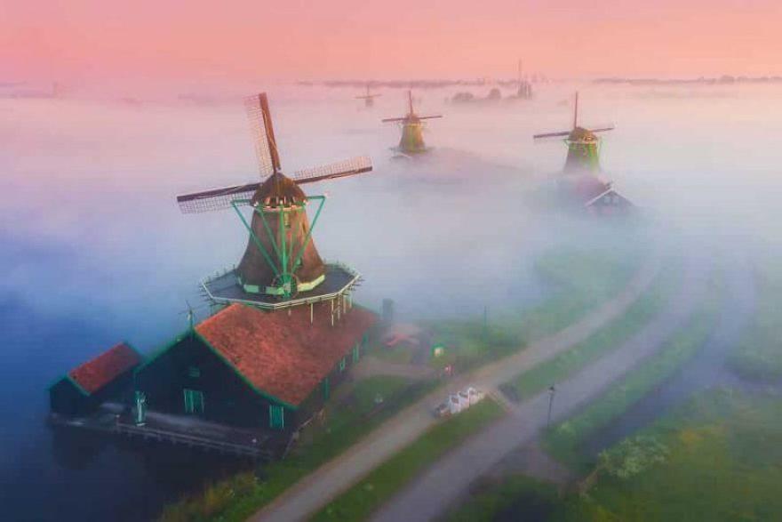 Cối xay gió khổng lồ ở Hà Lan huyền ảo trong sương mù