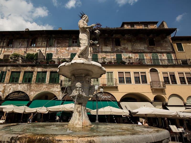 La fontaine de Madona Verona surmontée d'une statue romaine sur la Piazza celle Erbe