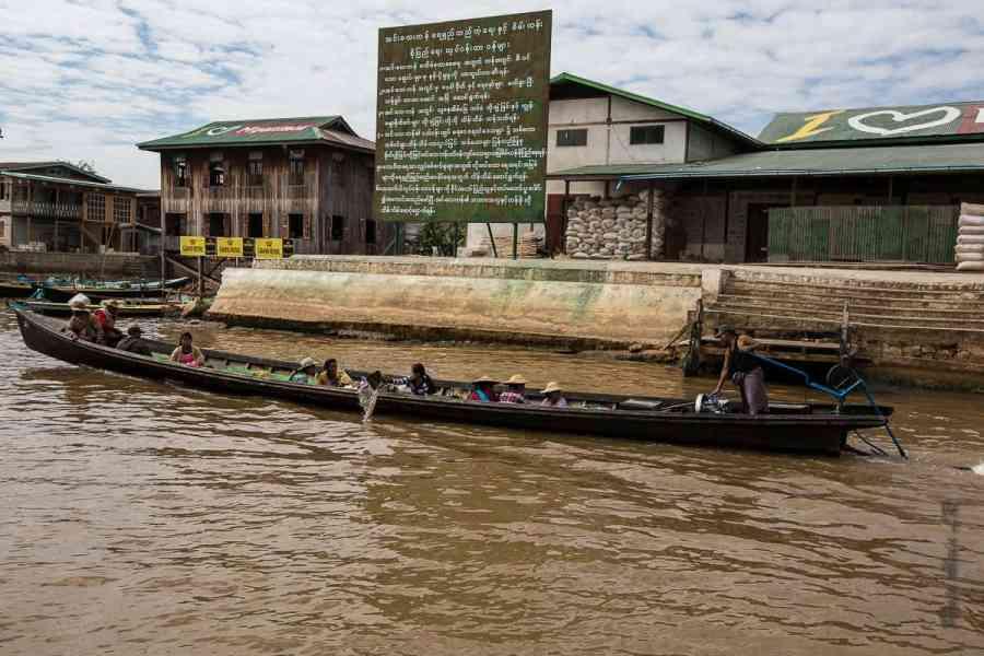 Long-tail boat à Nyaung Shwe, en face de l'embarcadère