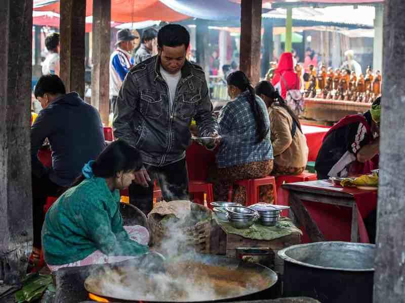 Les restaurants du marché sont très fréquentés le matin
