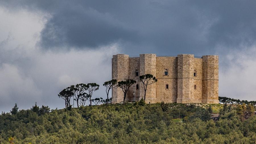 Castel del Monte est construit au sommet d'une colline à 540m d'altitude
