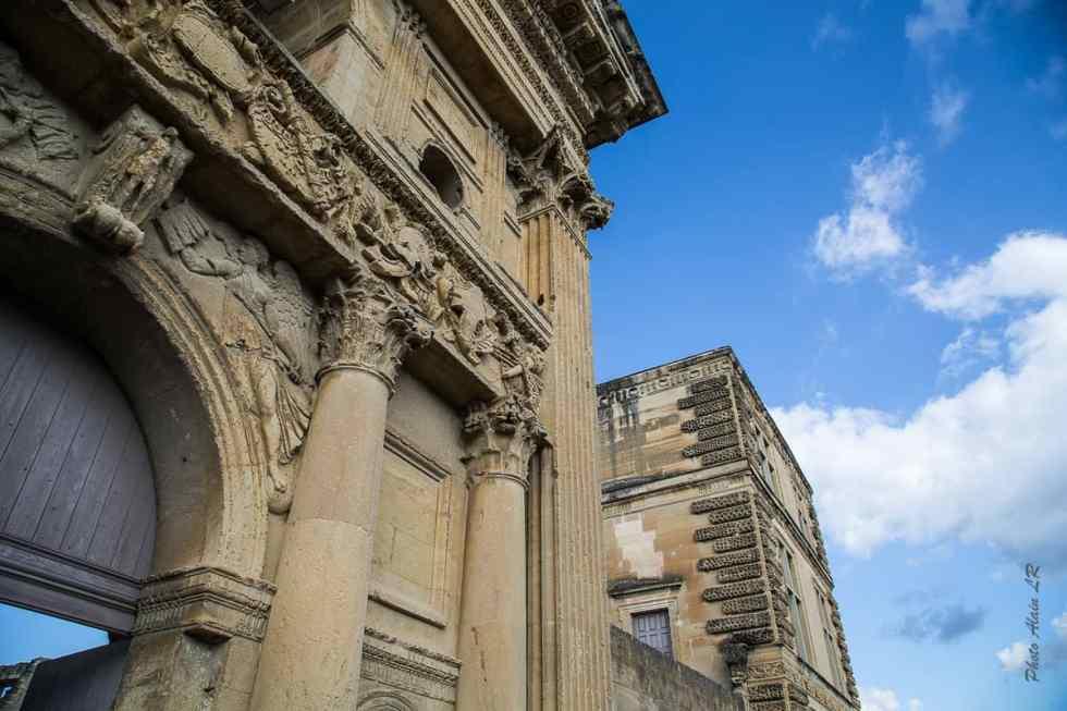 Partie de la façade sur photographiée en contre-plongée
