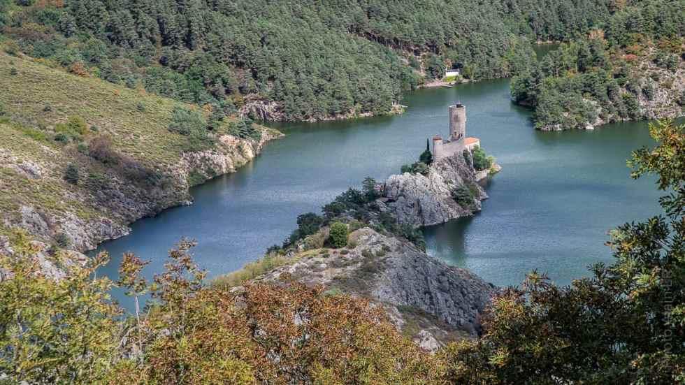 château de Grangent sur son île
