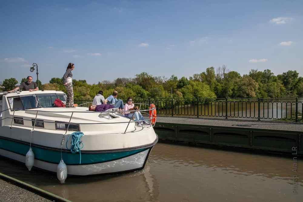 Bateau de plaisance sur le pont de Briare
