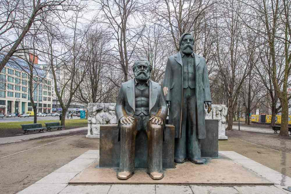statue Marx Engels