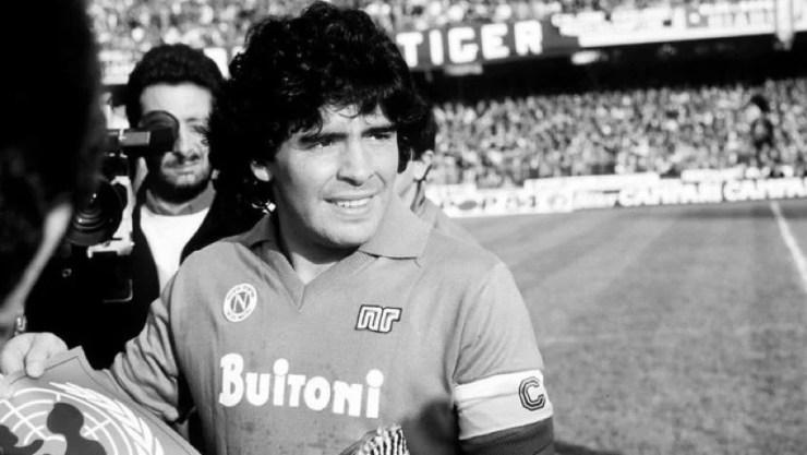 Diego Maradona avec le maillot du Napoli - Getty Images