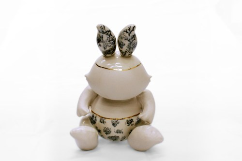 Escultura en cerámica de la artista Ana Gómez. Calcomanías de tercer fuego sobre vajilla de producción
