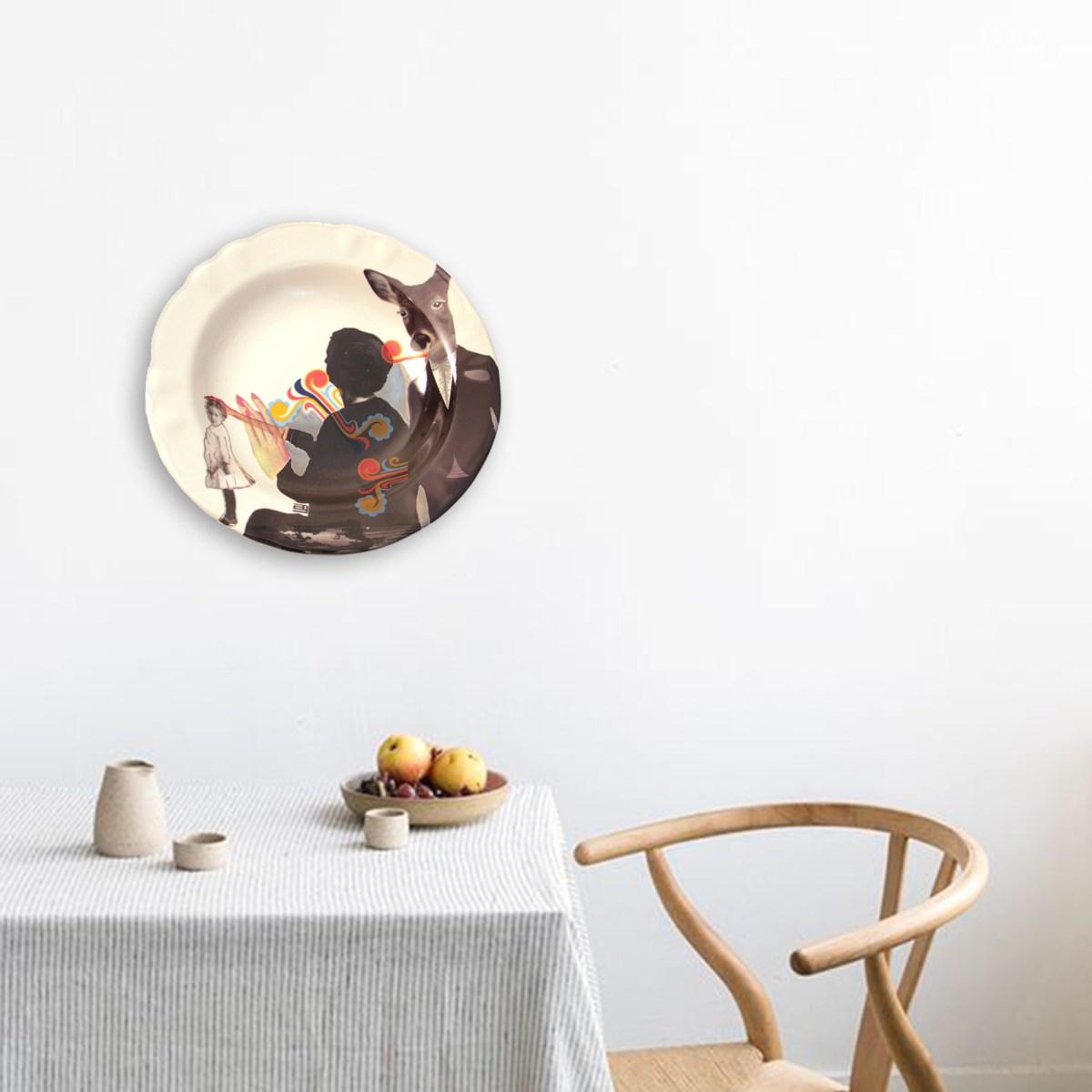 Obra en cerámica de Ana Gomez decorando pared de comedor