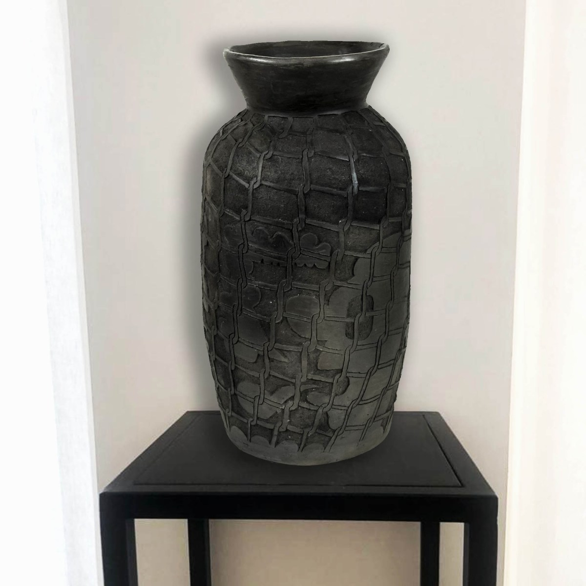 cerámica de Diego Teo ubicada sobre base de hierro