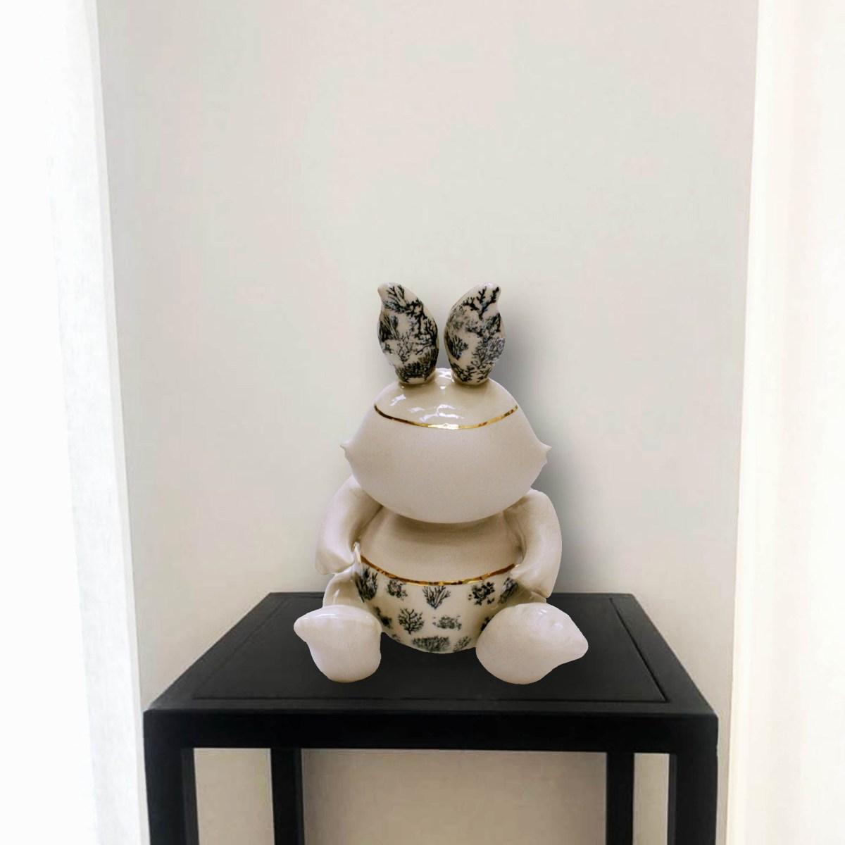 Escultura de la artista Ana Gómez sobre base de hierro negro