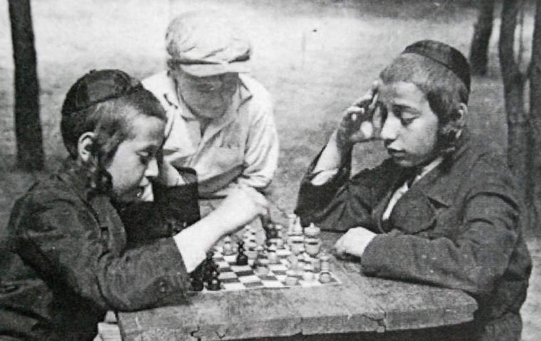 dsc_0087-jpg-jewish-boys-playing-chess