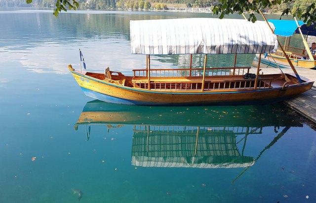 Bled in Slowenien Fernweh Reisen mit Kindern Slowenien Bleder See Holzboot Pletna