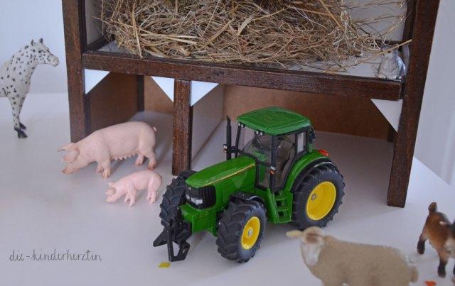 Mottoparty Bauernhof Kindergeburtstag Geburtstagstisch mit Schleichtieren, Scheune aus Holz, Traktor