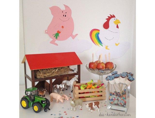 Mottoparty Bauernhof Kindergeburtstag Geburtstagstisch mit Scheune aus Holz, Schleichtieren, Süßigkieten und gebastelten Bauernhoftieren aus Pappkarton