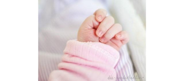 Geburtsbericht der etwas anderen Art die-kinderherztin Babyhand rosa it`s a girl