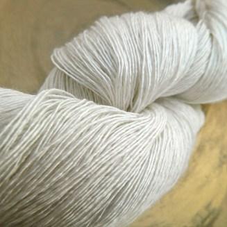 © Die Maschen zum Glück | Traumseide Naturweiss von Atelier Zitron 100% reine Maulbeerhaspelseide. Weltbeste Seide zum Handstricken