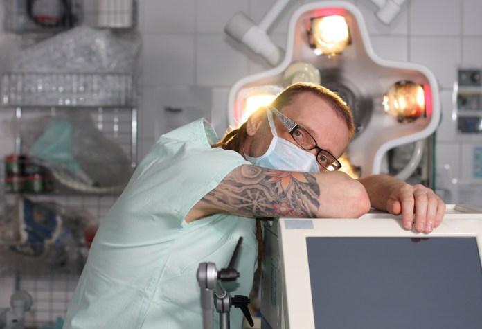 Tattoos und Piercings in der Pflege sind längst keine Seltenheit mehr
