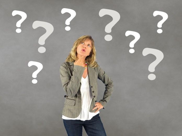 Frau mit Fragezeichen