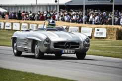Mercedes-Benz 300 SLS (W 198). Das Fahrzeug ist eine besonders leichte Sonderausführung des 300 SL Roadster und entsteht 1957 in zwei Exemplaren für die amerikanische Sportwagenmeisterschaft. Paul O´Shea gewinnt in der Kategorie D mit deutlichem Vorsprung vor der Konkurrenz. Foto vom Goodwood Festival of Speed 2014. ; Mercedes-Benz 300 SLS (W 198). The vehicle is a special lightweight version of the 300 SL Roadster, two examples of which were produced in 1957 for the American sports car championship. Paul O´Shea won in Category D, having secured a significant lead over the competition. Photograph from the Goodwood Festival of Speed 2014.;