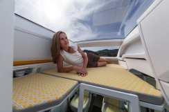 Ein großzügiges Längsdoppelbett im Heck ist eine komfortable Schlafstätte für zwei Personen, die gekühlt oder erwärmt werden kann. © VWN