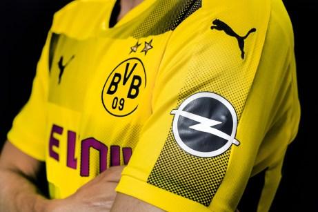 Das Blitz-Logo ist ab der kommenden Saison auch auf den Ärmeln der Dortmunder Fußballprofis zu sehen. © Opel
