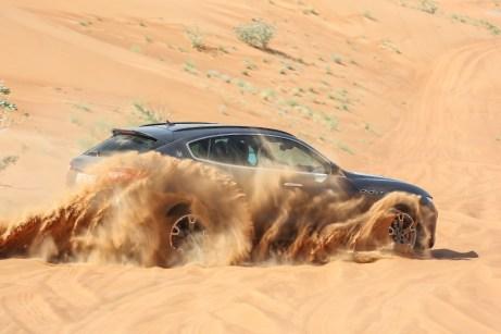 Der Testwagen ist mit Allradantrieb ausgestattet, dennoch ist im tiefen Geläuf ein sensibler Gasfuß gefragt, um voranzukommen. © Maserati