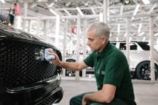 Weil es sein eigener ist. Der sehr spezielle Trainer übernimmt ein sehr spezielles Fahrzeug: den 100.000sten produzierten F-Pace. © Jaguar