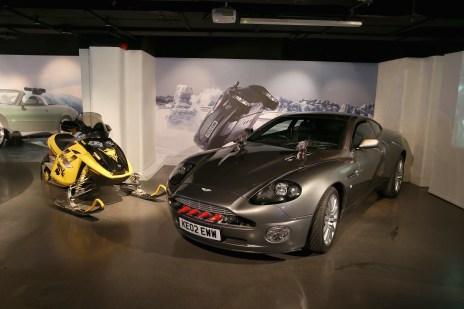 "Aston Martin V12 Vanquish und Bombardier MX Z-Rey Sky-doo ""Stirb an einem anderen Tag"" (2002).Foto: Auto-Medienportal.Net/London Film Museum"