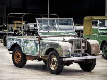 Nachdem der Ur-Land Rover jahrzehntelang verschollen war, wurde er kürzlich im Dornröschenschlaf in einem Garten unweit des Land Rover-Stammwerks Solihull aufgefunden. Foto: Auto-Medienportal.Net/Land Rover